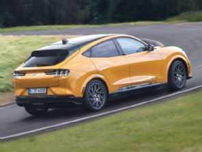 Ford cria ''perfume de gasolina'' para incentivar carros elétricos