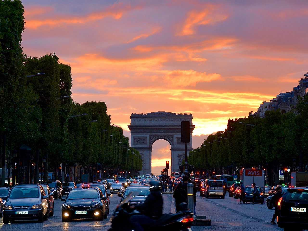 Exceção à nova regra, avenida Champs-Élysées terá limite maior, no caso 50 km/h