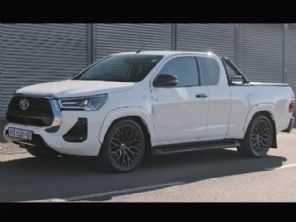 Sul-africano cria Toyota Hilux com motor 6.2 V8 da Mercedes-AMG