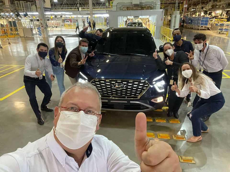 Ken Ramirez, CEO da Hyundai, ao lado do Creta 2022: