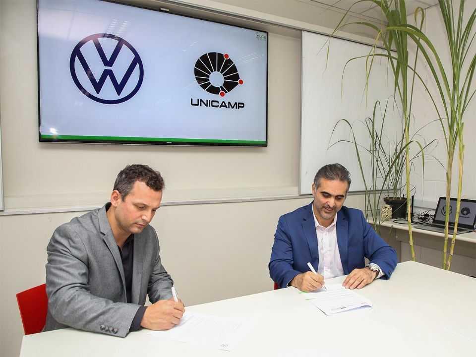 Pablo Di Si, presidente e CEO da Volkswagen América Latina (dir.), e Hudson Zanin, professor docente da Unicamp